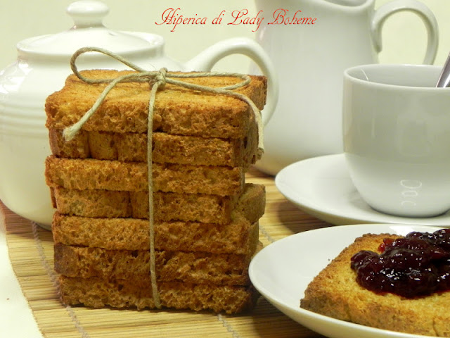 hiperica_lady_boheme_blog_di_cucina_ricette_gustose_facili_veloci_fette_biscottate_montersino
