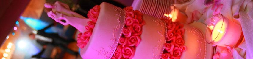 tort slubny podczas ceremonii