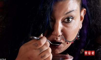 Michelle minum darah menggunakan sudu