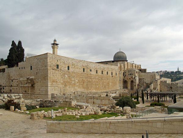 Masjid Al-Aqsa di sepanjang dinding selatan Bukit Bait Suci.