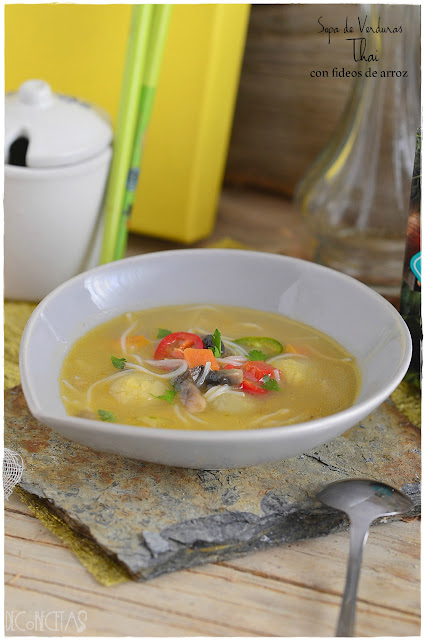 Sopa de verduras Thai con fideos de arroz