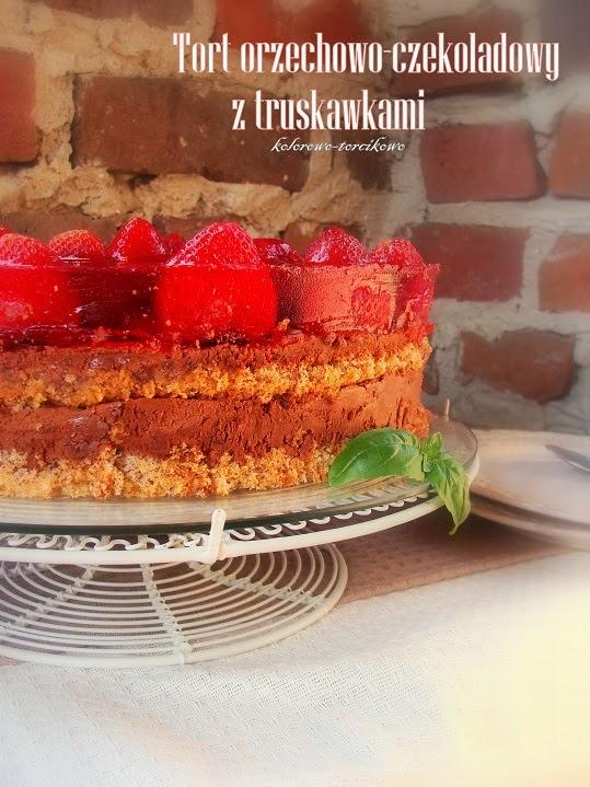 Tort orzechowo-czekoladowy z truskawkami