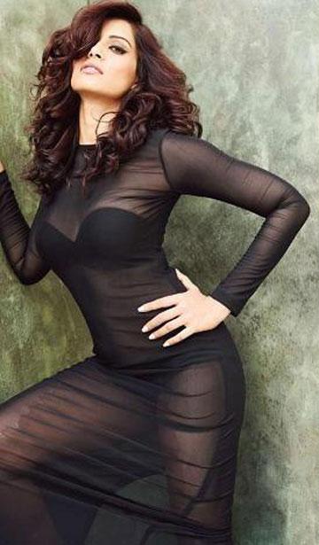 bipasha-basu-see-thorugh-dress-bra-showing