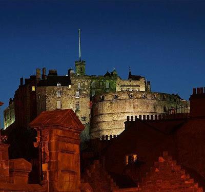 O castelo de Edimburgo na noite fala de suas lendas e tragédias