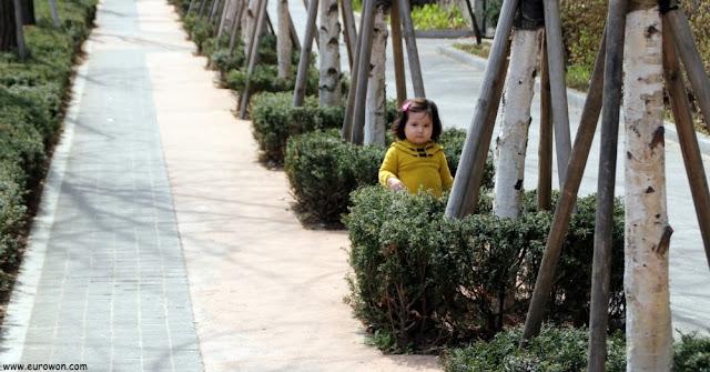 Sonia paseando por la calle