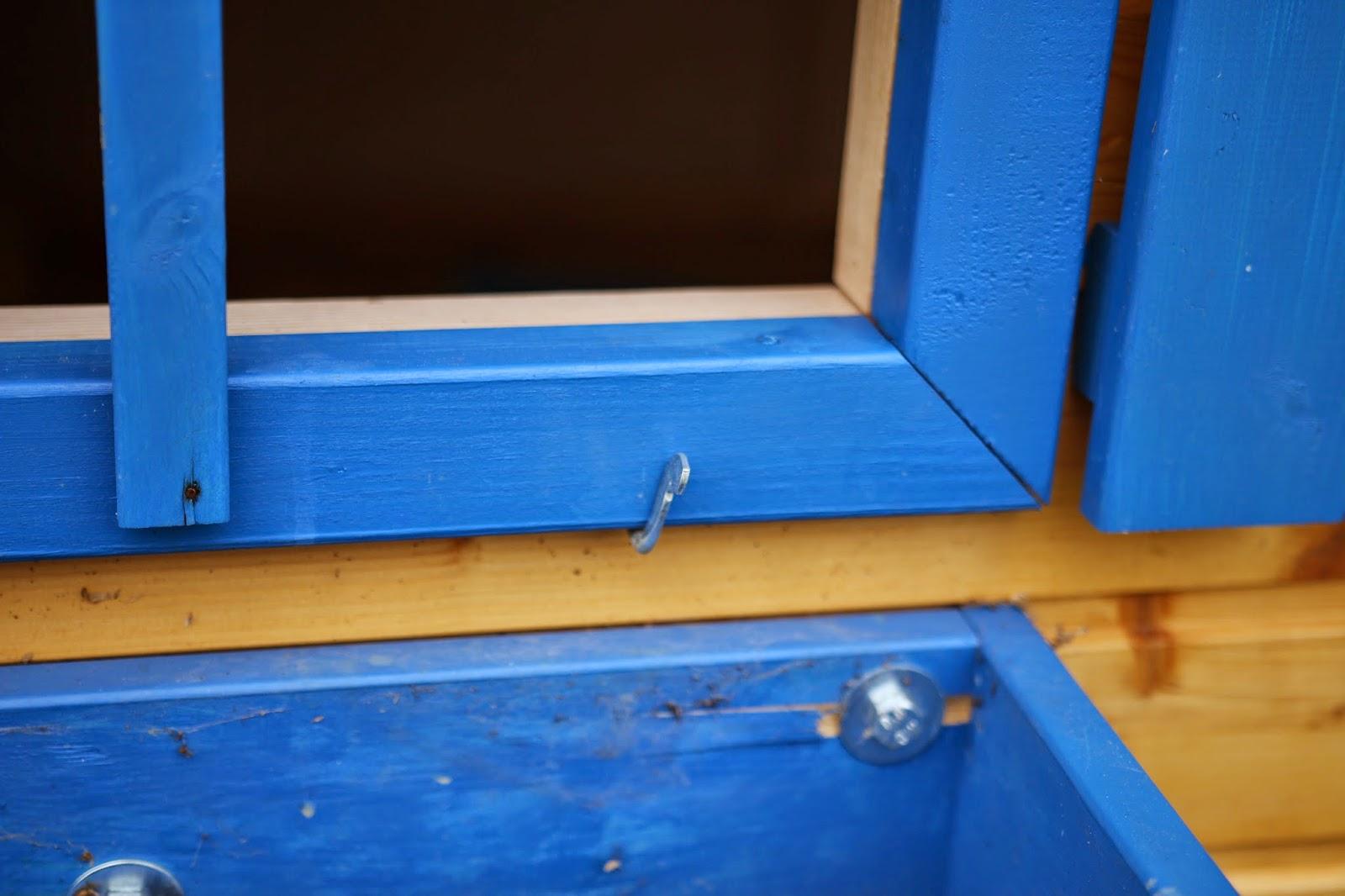 Zajištění okenního rámu u dětského domečku