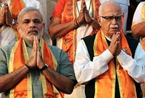 narendra modi and adwani standing together but still to far