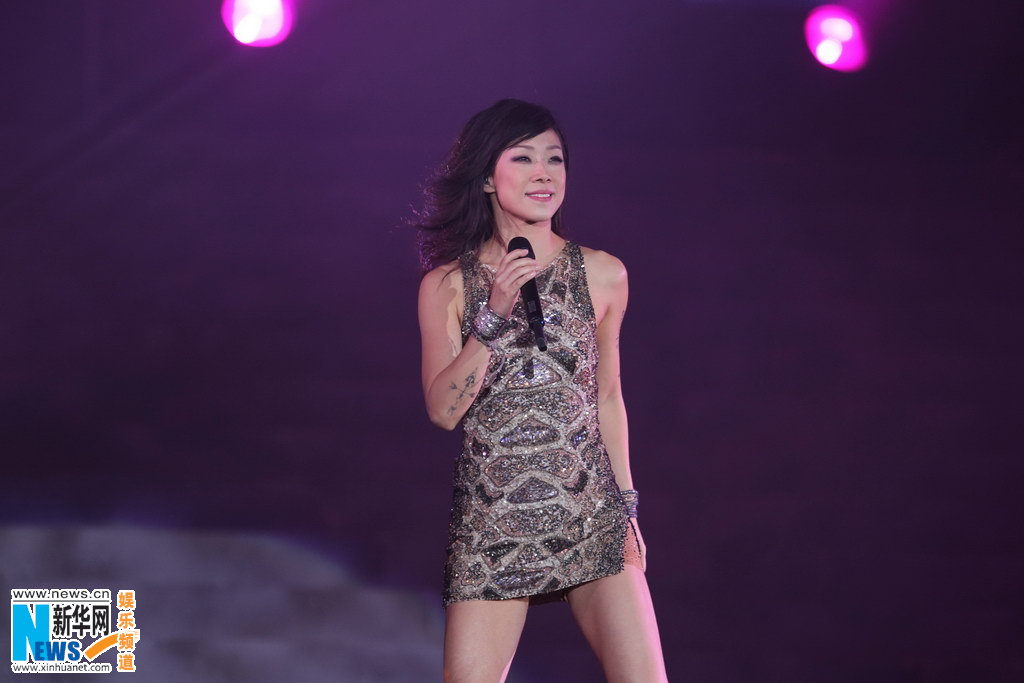 Sandy Lam Singer Sandy Lam holds concert in Beijing China Entertainment News
