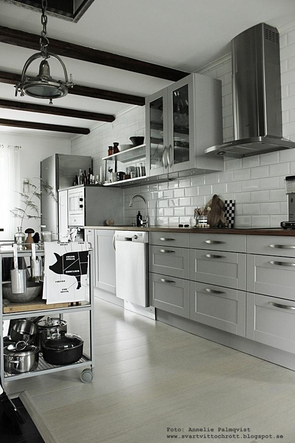 kök, köket, indsutri, industriellt, industristil, serveringsvagn, serveringsvagnar, kökshandduk styckningsdetaljer, styckningsdetaljer gris, svartvitt, grafiskt, grafiska, grytor, diskbänk, diskbänkar, hth kök i varberg, grått kök, gråa köksluckor, öppna hyllor, inga överskåp, vitrinskåp, rostfritt, rostfria, inredning, webbutik, webshop, webbutik, nettbutikk, nettbutikker, köksinredning,