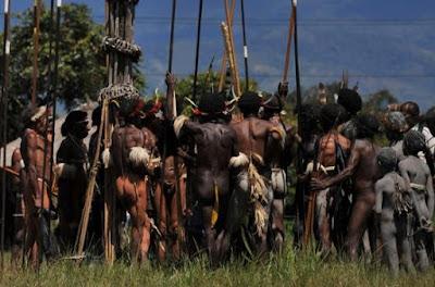 lucu suku primitif dan powerbank