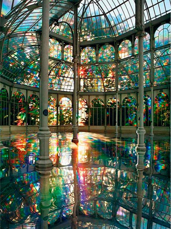 Palacio de cristal de ensueño baña a los visitantes con arco iris
