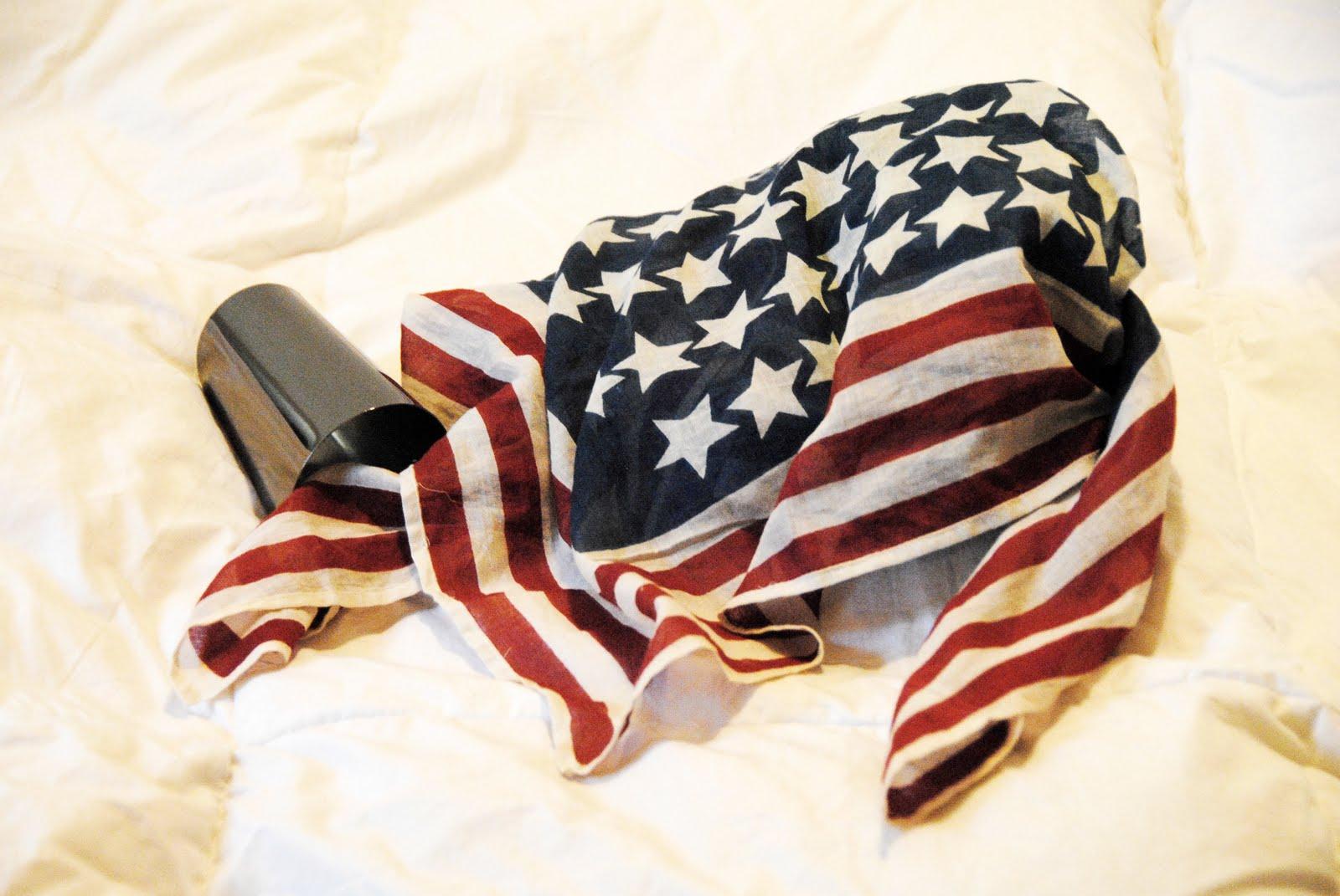 http://1.bp.blogspot.com/-lbHNtQVZLHc/TcwK8BpxE8I/AAAAAAAAAKY/8RCo8jElZOo/s1600/foulard+bandiera.jpg