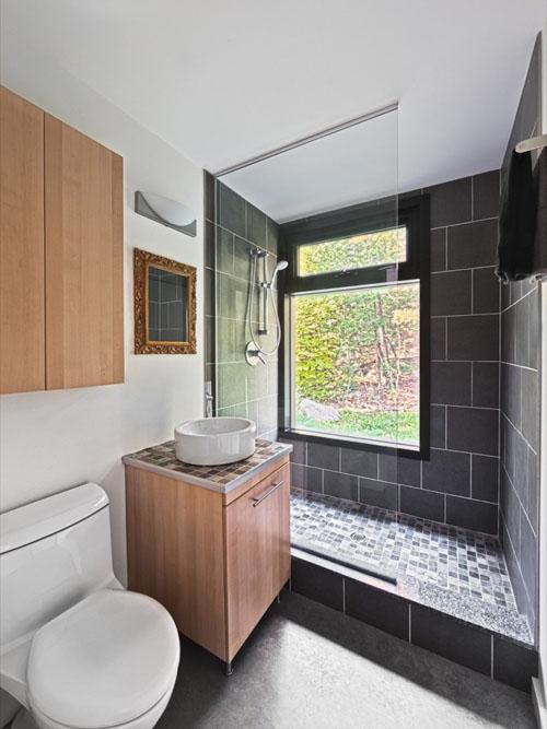 Hill Maheux Cottage bathroom