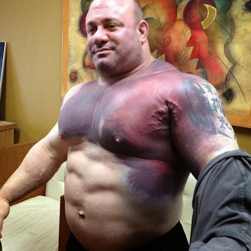 Atleta tenta levantar 325 Kg no supino e se machuca