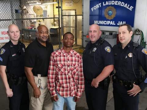 Adolescente algemado salva policial