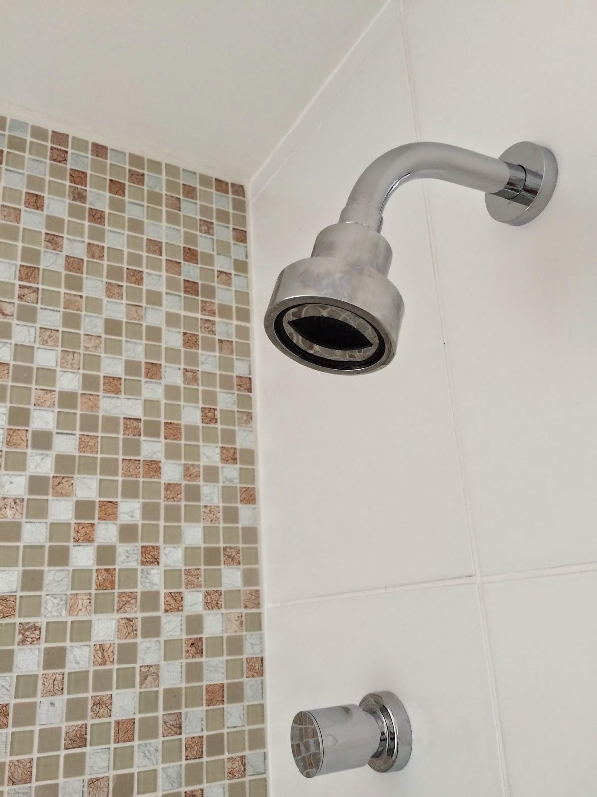 Apê 114: Duchas e Acessórios dos banheiros instalados! #7D614E 1200x1600 Acessorios Banheiro Deca