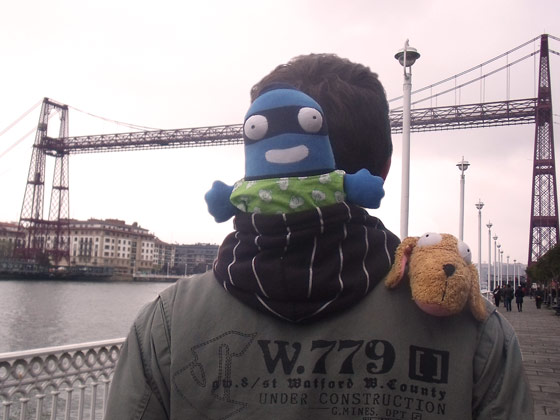 Edredón pasea por la ciudad de Bilbao subido en la capucha de un viandante
