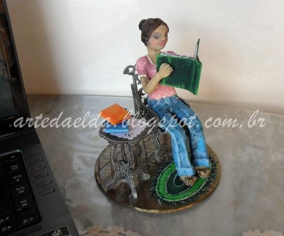 escultura de papel machê: Leitora e livro