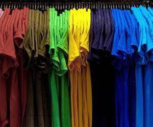 Veja como sobrepor a t-shirt à manga comprida (Foto: Divulgação)