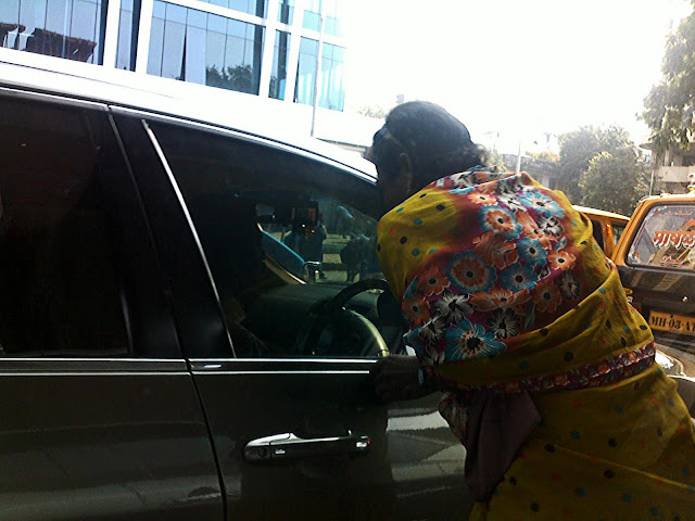hijra beggar at mumbai traffic signal
