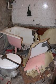 ванная комната в процессе разгрома