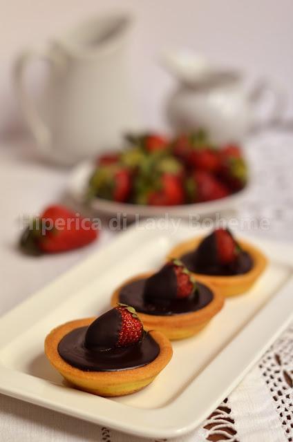 hiperica_lady_boheme_blog_di_cucina_ricette_gustose_facili_veloci_dolci_crostata_al_cioccolato_e_fragole_1