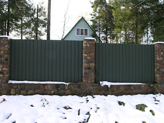 Каменный забор с профлистом. Фото 2