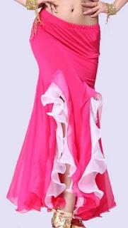 Falda larga, ajustada en la parte superior y amplia en la parte baja, con una serie de aberturas