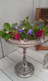 Ängsblommor och rosor i sockerskål