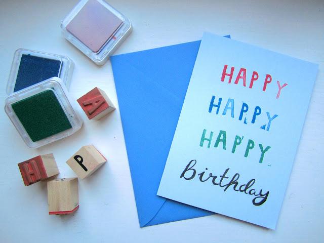 Stempel, Stempelkissen und selbstgemachte Geburtstagskarte