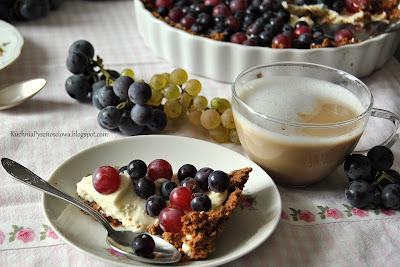 359. Lekka tarta z winogronami i kremem miodowym