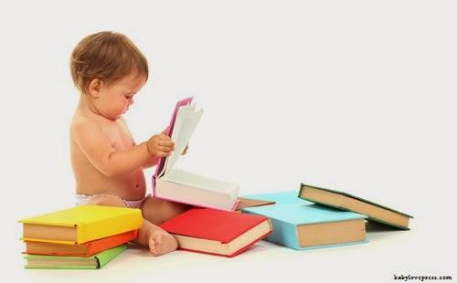 Bébé fille qui lit un livre
