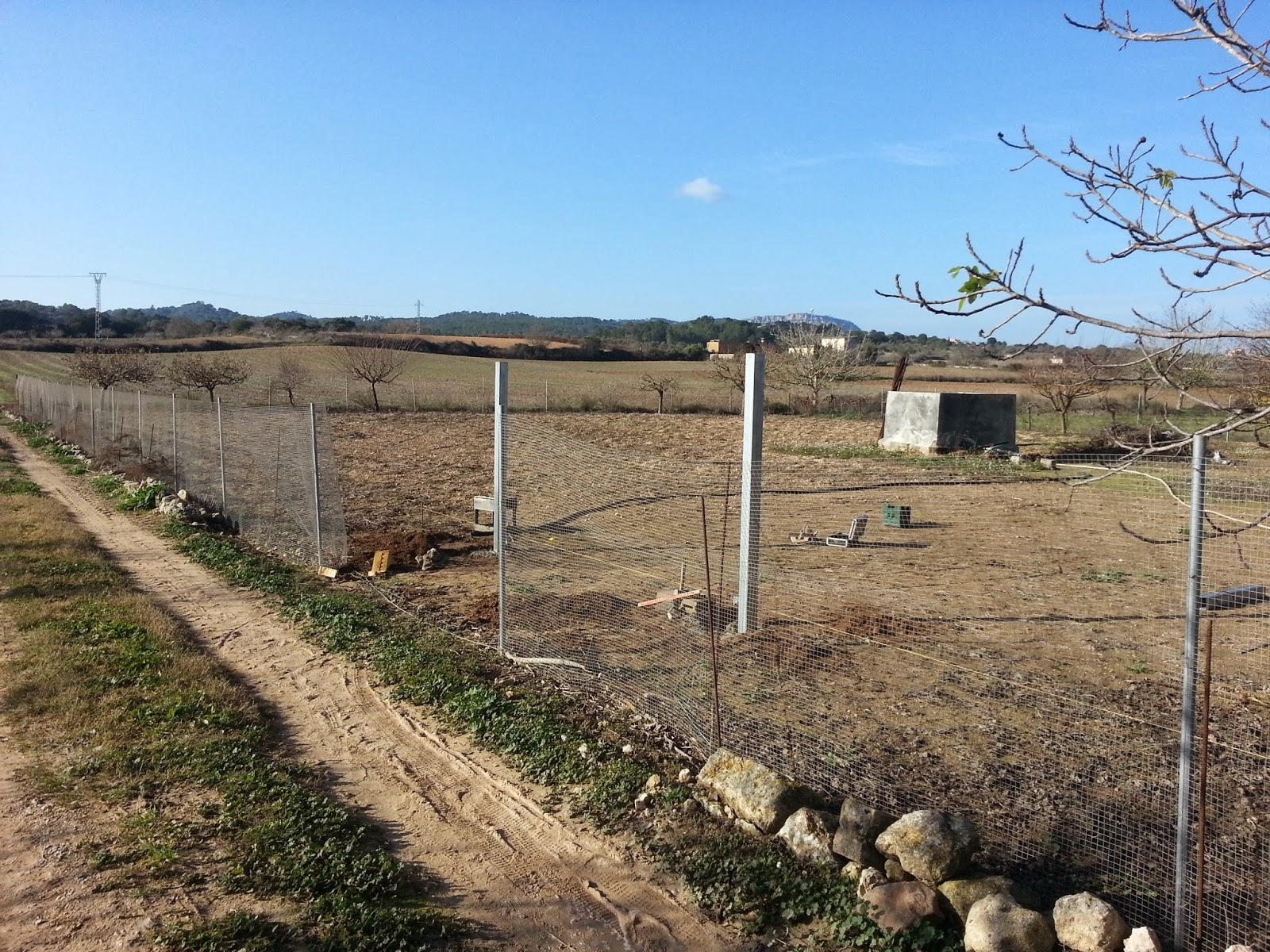 Puertas correderas de hierro revestidas de madera para fincas rusricas barrera y pilares de - Pilares de hierro ...