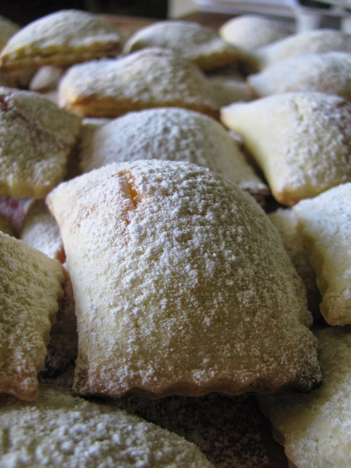 ravioli dolci con frolla al cardamomo e ripieno con ricotta e fragole