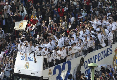 Real Madrid bus at Cibeles with all the squad