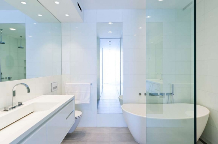 "Small bathroom in Modern New York Apartment by ""Resolution: 4 Architecture"""