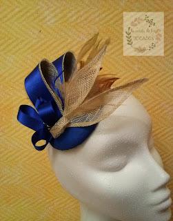 tocado para boda realizado por encargo en colores azulón y beige con sinamay, plumas y raso