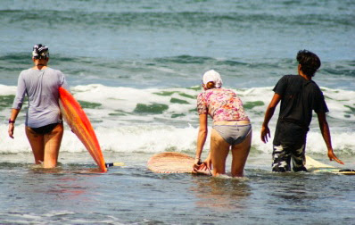 S'initier au surf à Bali, learn to surf in Bali, surfing in Medewi Beach