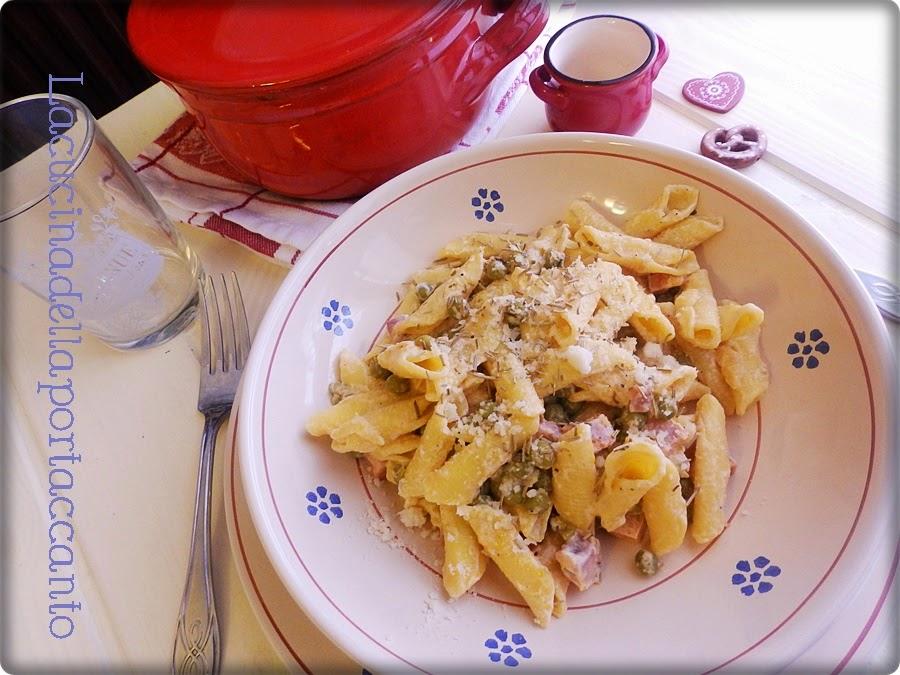 garganelli mignon ai piselli e pancetta tesa al ginepro / garganelli mignon peas and bacon with juniper