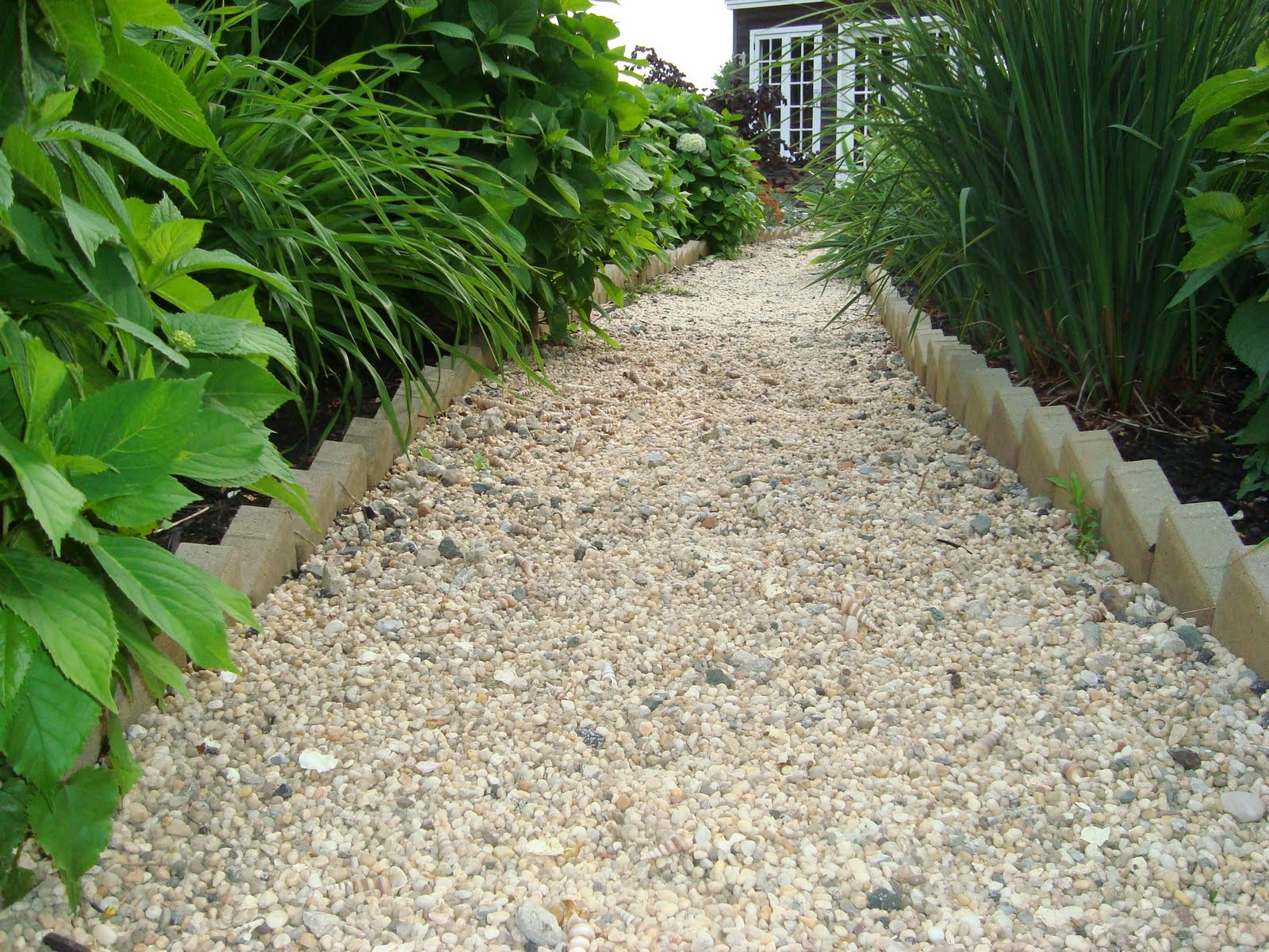 Walkways on pinterest pea gravel brick walkway and for Garden path designs pictures