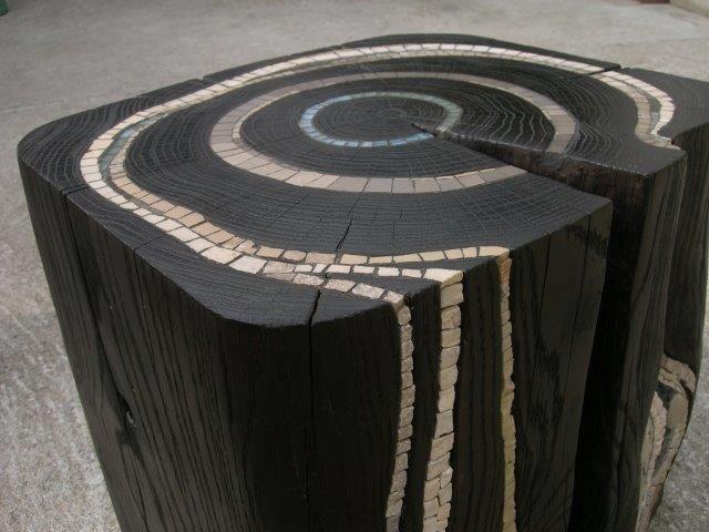 Banco madeira carbonizada e ladrilhos encravados