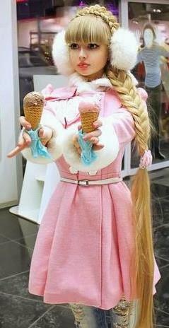 Anzhelika Kenova con ricos helados en las manos