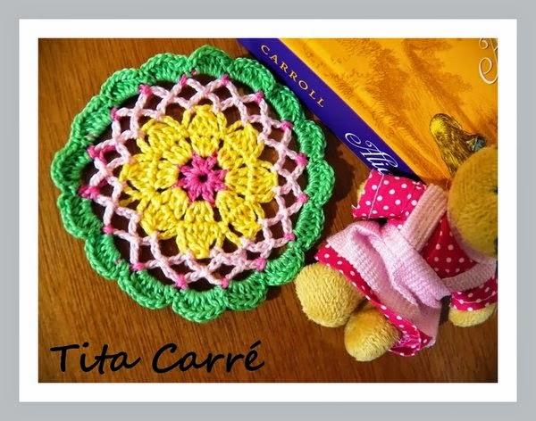 Toalhinha em crochet e a versão feminista do Coelho do Pais das Maravilhas