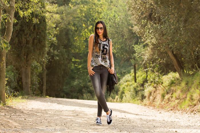 Blogger de moda con outfit casual deportivo para visitar BArcelona
