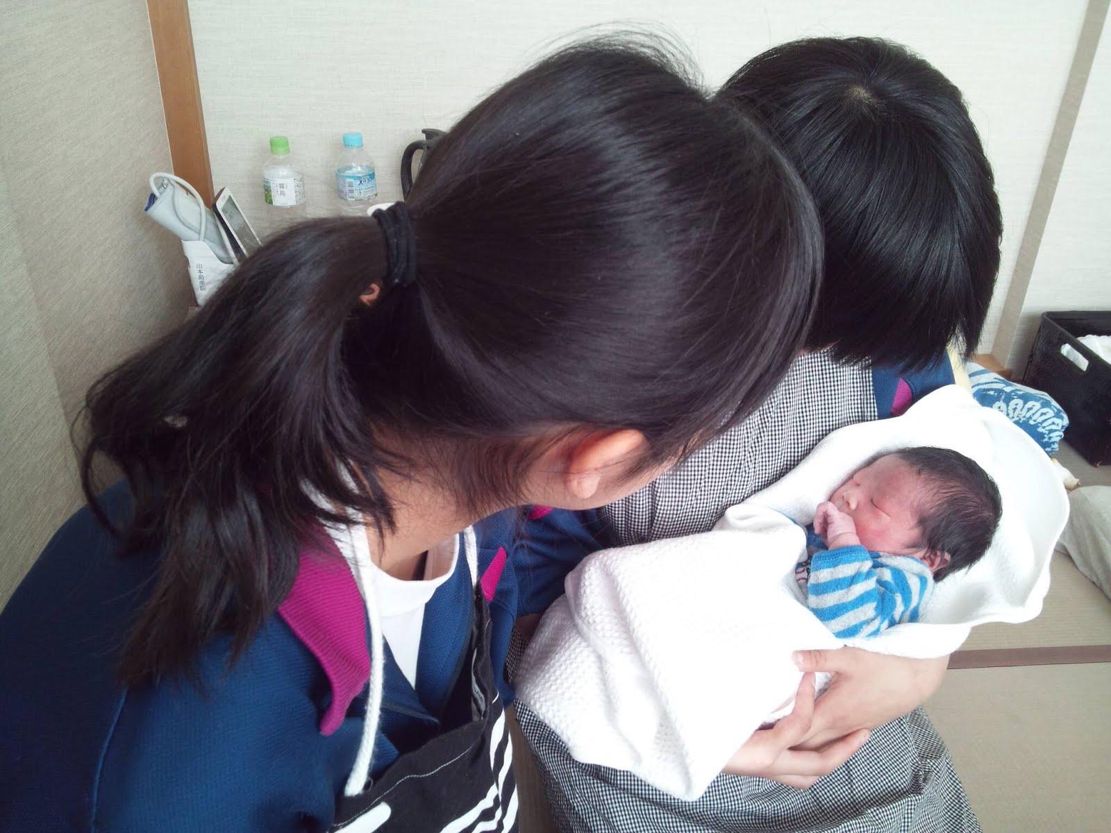 中学生 妊婦 妊婦健診で、妊婦さんのお腹に触らせてもらったり、赤ちゃんを抱っこしました。中学生Mさんは、弟さんが助産院で生まれて、お産の時に立ち会ったそうです。