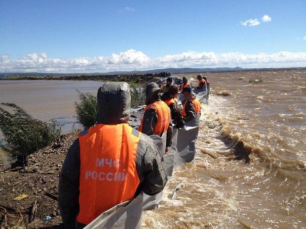 Спасатели МЧС удерживают мылковскую дамбу от прорыва