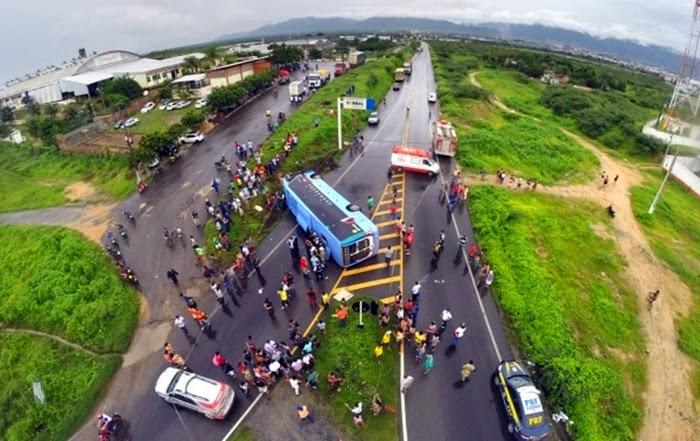 Ônibus tomba na entrada de Sobral; veículo estava com 32 passageiros não houve vítimas fatais.