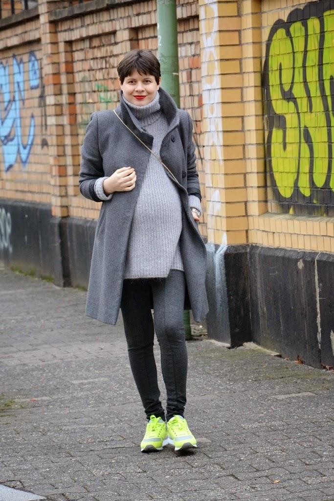 Street style look in grey colours, Pulli von Hallhuber, Mantel Hallhuber