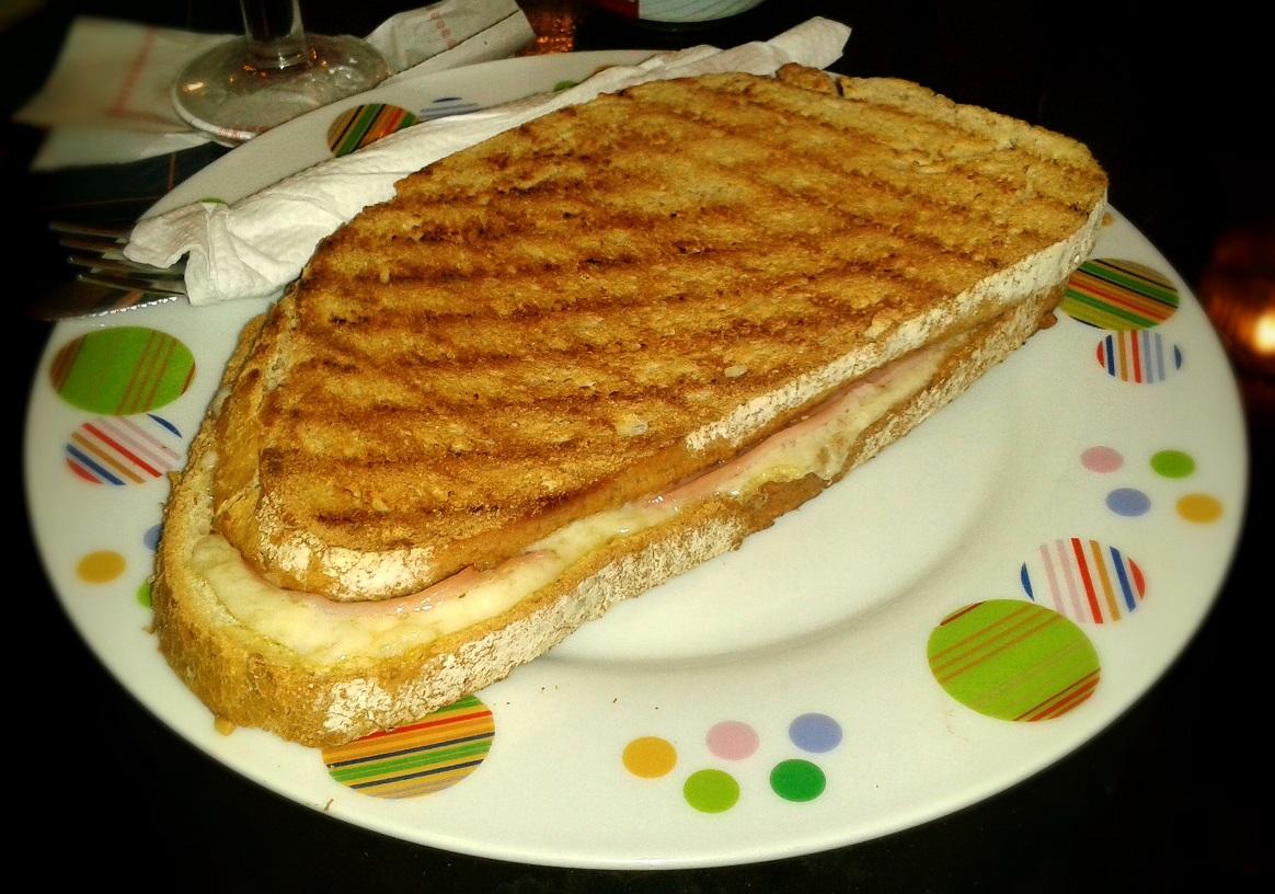 Sándwich mixto en pan rustico