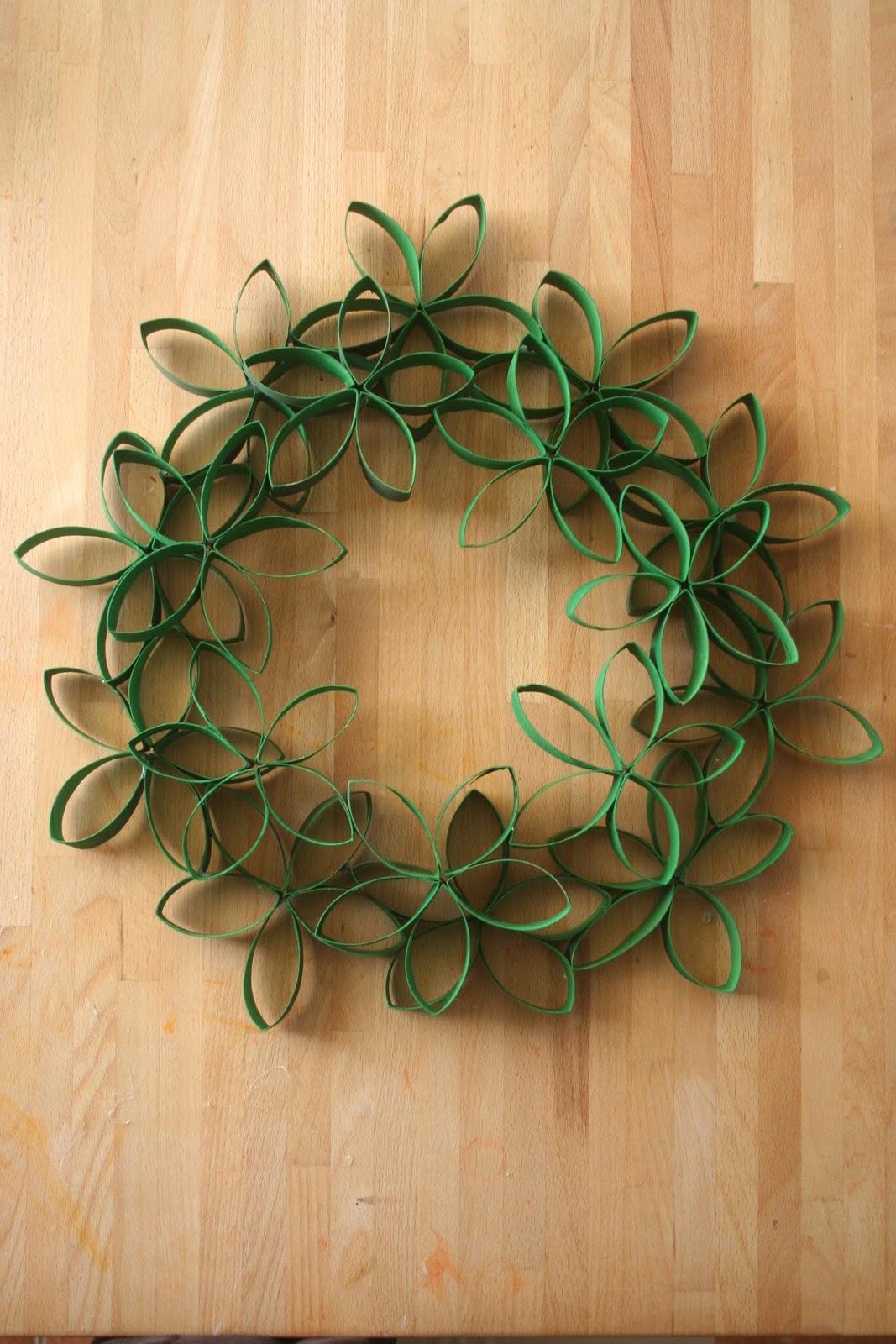 Podemos utilizar pegamento o peque os alfileres para sujetar las bolitas de plastilina y ya est - Como hacer coronas navidenas ...